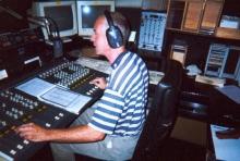 Jan De Groot tijdens zijn programma dat dagelijks loopt tussen 12 en 14 uur,  vrijdag 20 april 2001.