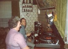 De eigenaars van de radio in de studio (maart 1982)