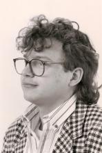 """Carl Van Ginderhuysen was verbonden aan Radio FLASH tussen maandag 29 mei 1989 en 1991. Hij verzorgde elke weekdag het ochtendprogramma """"Wake up club"""" tussen 7 en 9 en tevens verzorgde hij 's avonds tussen 19 en 20 uur het programma """"Happy Hour""""."""