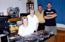 Medewerkers in de studio (mei 2004) Links: Germaine Magis (voorzitster)