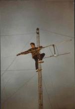 ugo de Groot tijdens werken aan de antennemast (woensdag 28 december 1983)