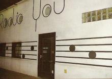 De buitenkant van het studiogebouw van Radio YOU in de Toleindestraat in Beervelde, 1991